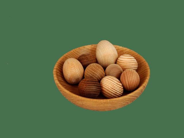 Dekorativní dřevěná vajíčka.